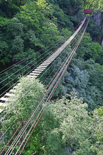 山间的吊桥和铁索桥