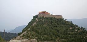 绿色山岭上的寺庙