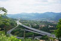 山下的高速路