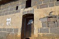 石墙木门老建筑景观