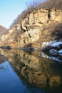 水边的岩石和倒影
