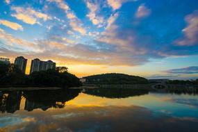 夕阳下的南湖景色