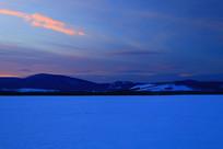宁静的雪原夕阳