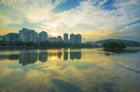 夕阳下的惠州南湖景色