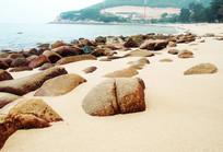 沙滩上的大礁石