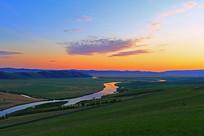 朝阳映照的草原河流