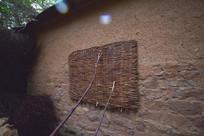 河南太行山村里的土坯房屋墙面