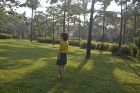 女孩站在公园草坪上