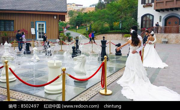 新人在博罗哈施塔特拍婚纱照图片