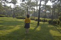 一个女孩站在草坪上