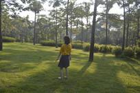 站在草地上的女孩