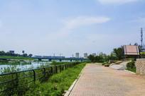 万水河边的人行路与石桥