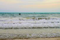 一艘快艇在大海波浪中航行