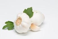 白色背景的大蒜和蒜瓣
