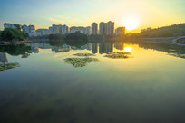 夕阳下平静的南湖