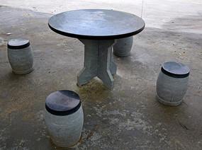 石凳子和石桌子