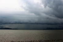 乌云密布的海边