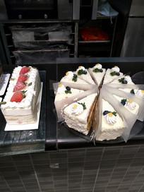 坚果蛋糕和草莓蛋糕