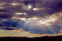 乌云密布 光线四射