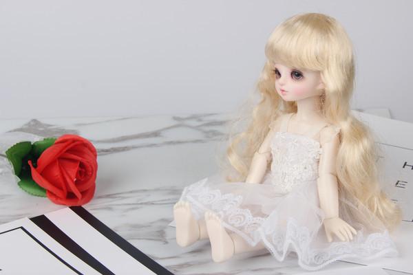 坐着的玩偶娃娃