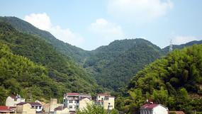 高山和村庄风景图
