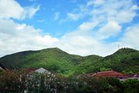 蓝天白云下的山岭