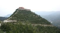 绿色山岭和山顶寺院