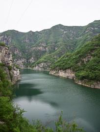 群山下的绿色湖泊