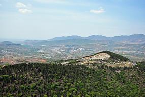 群山中的乡镇鸟瞰图