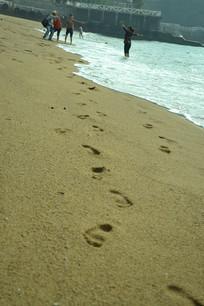 游客在沙滩留下的脚印