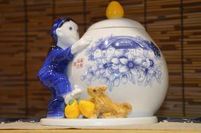 扶着柚子茶叶罐的小女孩