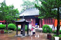 雨中的古庙