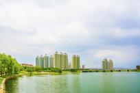 河岸边的高层建筑群与石桥