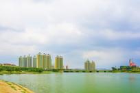 河岸边的高层建筑与石桥