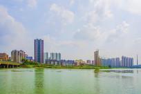河边石桥与居民住宅建筑群