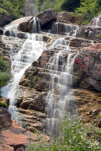 褐红色岩石上的水流