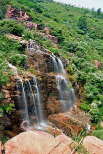 褐色岩石上的瀑布