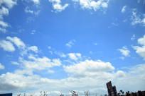 蓝色天空和白色云朵