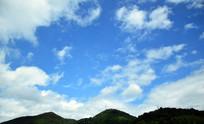 山顶上的蓝天白云