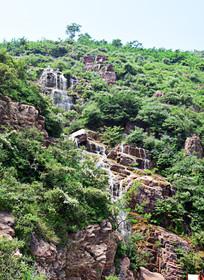 山坡上的层叠瀑布风景图