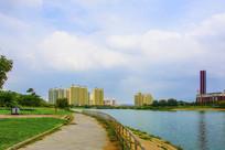 湾曲的河岸小路与石桥高层建筑