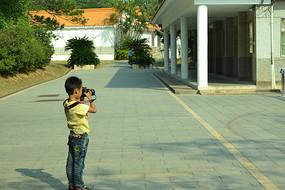 小朋友在学拍照