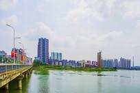河边居民住宅建筑群与石桥