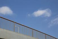 蓝天和桥面