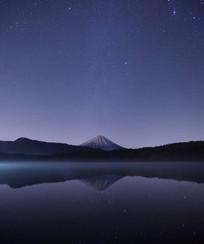 星空下的湖泊