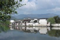 依山傍水的西递村风景