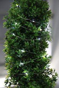 装饰在绿树上LED灯串