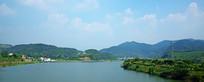 宽阔的水面和绿色远山景观