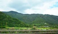原野和高山风景图