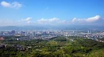 城市建筑和远山